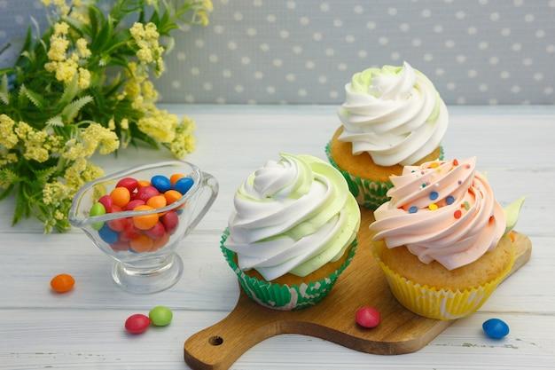 Cupcakes gourmet con granelli cremosi e colorati