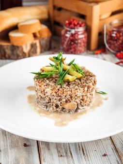 Piatto gourmet di grano saraceno bollito con pollo