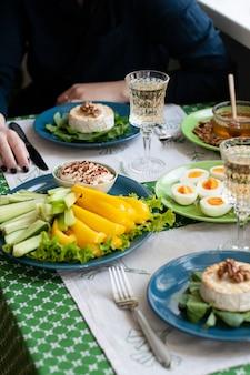 Pranzo gourmet. camembert alla griglia, verdure fresche, vari antipasti e vino. Foto Premium