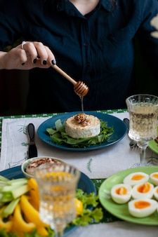Pranzo gourmet. camembert alla griglia, verdure fresche, vari antipasti e vino.