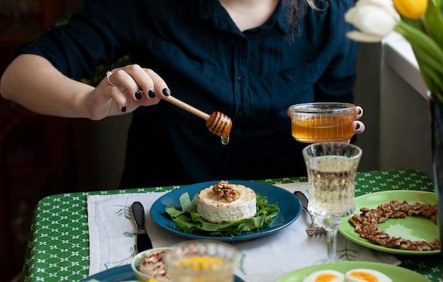 Pranzo gourmet. camembert alla griglia, vari antipasti e vino.
