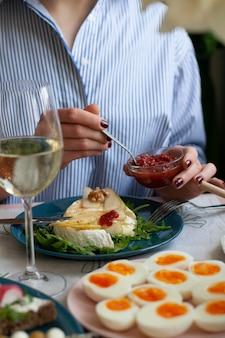 Pranzo gourmet per due. camembert alla griglia, panini con pane di segale, vari antipasti e vino.
