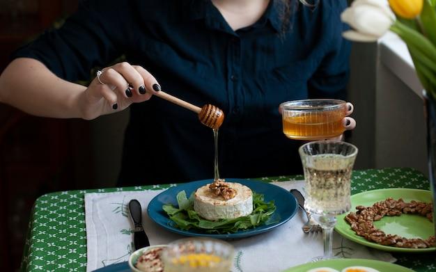 Pranzo gourmet per due. camembert alla griglia, vari antipasti e vino.