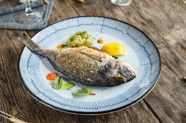 Pesce dorada arrosto gourmet su un bel piatto