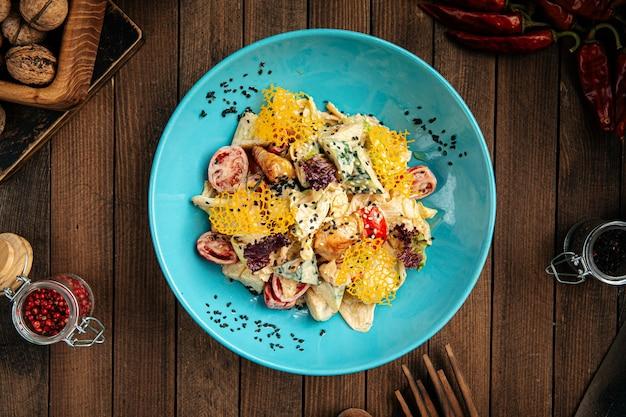 Insalata gourmet con pollo affumicato e formaggio