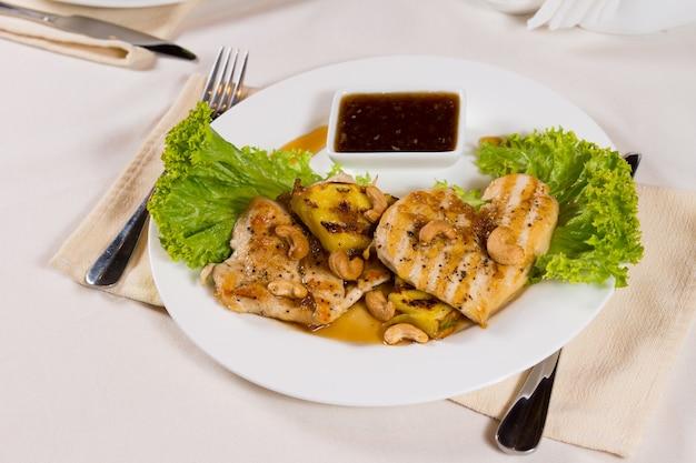 Piatto principale di carne gourmet ben cotto con salsa piccante