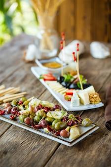 Antipasti di vino gourmet formaggio e olive
