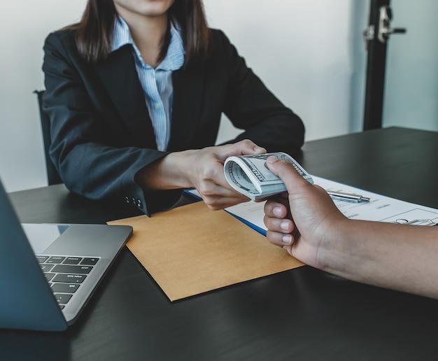 Funzionari governativi mano che riceve denaro tangente da un uomo d'affari
