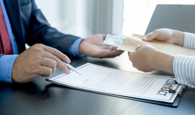 Funzionari del governo firmano un contratto e ricevono denaro per corruzione dal concetto di corruzione dell'uomo d'affari