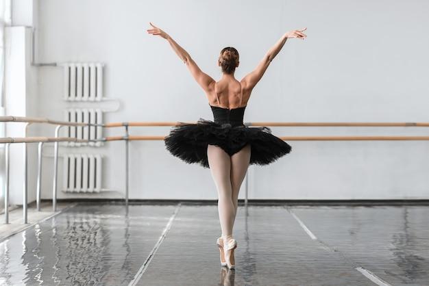 Graziosa ballerina danza in classe di balletto