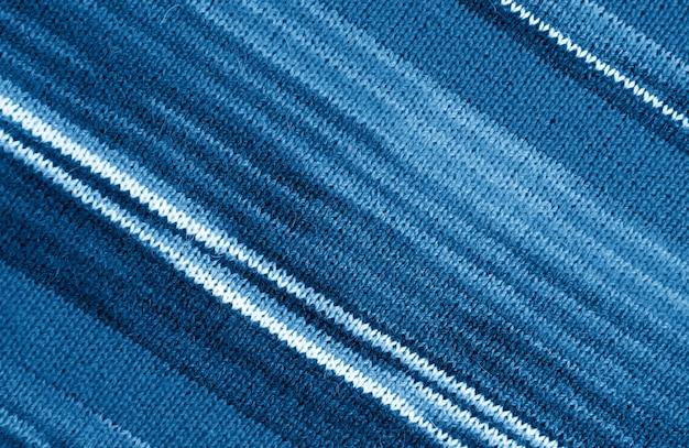 Tessuto di lana lavorato a maglia alpaca a righe blu indaco sfumato in motivi diagonali