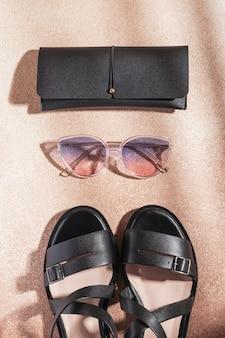 Occhiali da sole sfumati, sandali in pelle nera e astuccio per occhiali nero