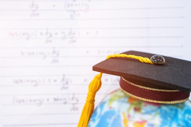 Studio universitario internazionale laureato o di laurea concettuale, congratulazioni laureato
