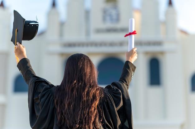 I laureati indossano un cappello nero per rappresentare le congratulazioni per la laurea