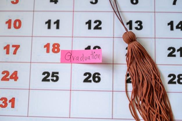 Tappo di laurea sul calendario bianco