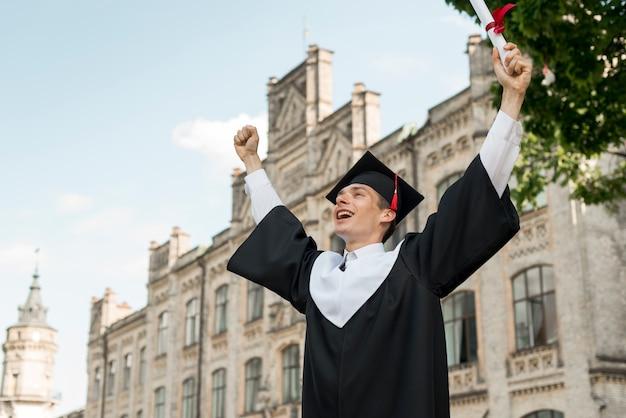 Concetto di laurea con ritratto di uomo felice Foto Premium