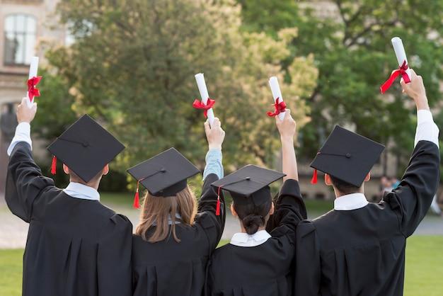 Concetto di laurea con gli studenti da dietro Foto Premium