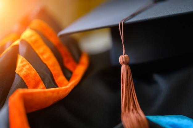 Abito da laurea e sfondo del berretto