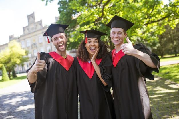 La laurea. un gruppo di laureati dall'aria felice ed emozionata