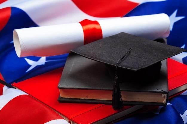 Cappello di laurea sulla bandiera degli stati uniti