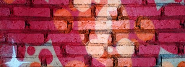 Pittura dei graffiti sul fondo dell'estratto del muro di mattoni con la fine di struttura in su