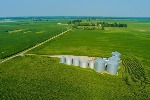 Il beccuccio terminale dell'elevatore del grano che carica i sili del cereale del grano, contenitori di stoccaggio che asciugano il complesso del grano