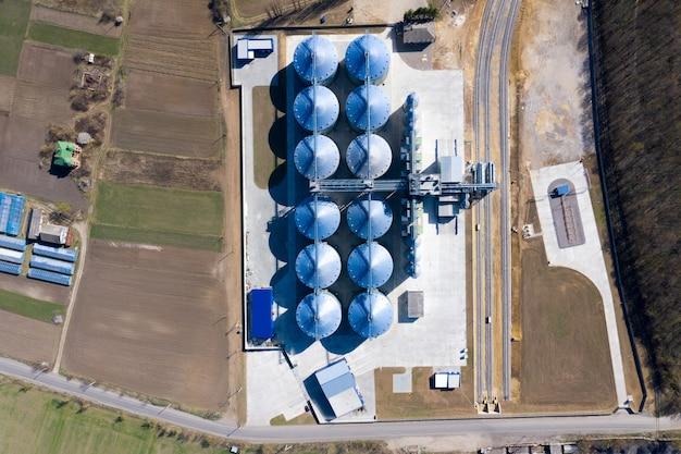 Ascensore granaio. silos d'argento su impianti di trasformazione e produzione agroalimentari per la lavorazione, pulitura a secco e stoccaggio di prodotti agricoli