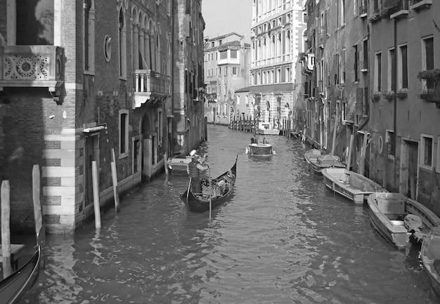 Canal grande di venezia, italia con un'iconica gondola in bianco e nero