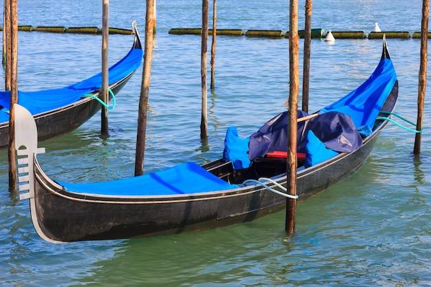 Canal grande con gondole a venezia, italia