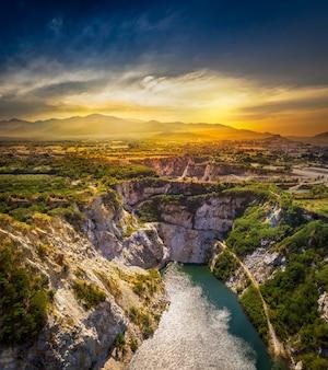 Punto di vista del grand canyon presso l'attrazione turistica dal passato della miniera di minerale al tramonto
