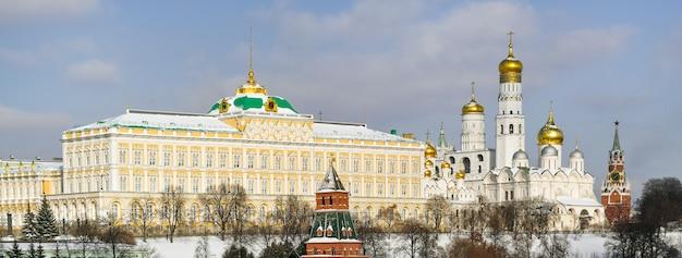 Le chiese del gran palazzo del cremlino e la torre spasskaya sul territorio del cremlino di mosca, russia
