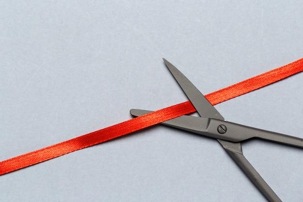 Grande apertura illustrata con le forbici e un nastro rosso