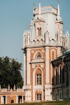 Grand palace a tsaritsyno in estate, russia. il parco tsaritsyno è una delle principali attrazioni turistiche di mosca. bella vista panoramica del vecchio complesso tsaritsyn in estate.