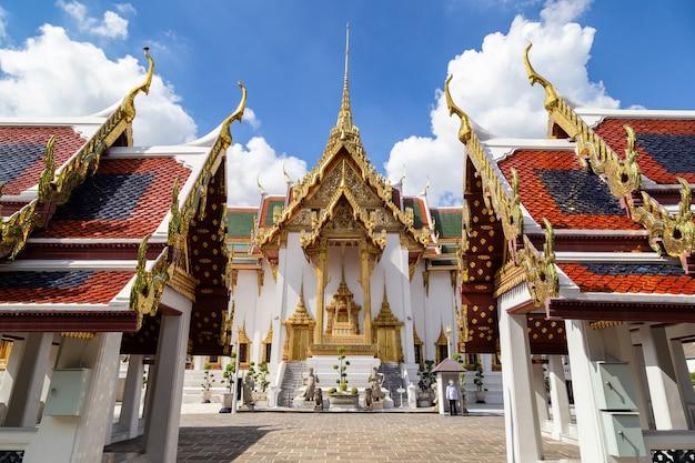 Il grand palace e il wat phra kaew in giornata di sole, bangkok, thailandia