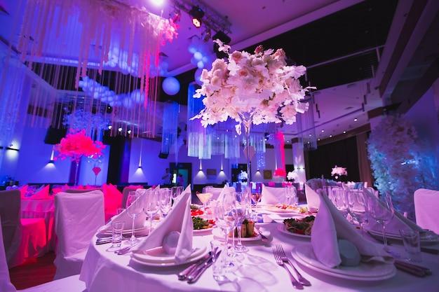 Un grand restaurant e una sala da ballo in un hotel di lusso. il design degli interni è eseguito in stile classico.