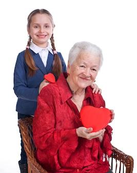 Nipote e nonna con cuori su uno sfondo bianco