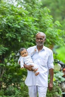 Nonno che porta la sua nipote sulla sua mano.