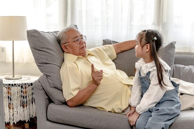 Insieme di nonno e nipote a casa. stile di vita in età pensionabile con la famiglia in vacanza.