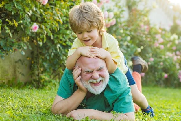 Nonno e nipote facendo giro sulle spalle