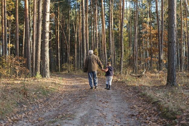 Nonno divertendosi con suo nipote all'aperto.