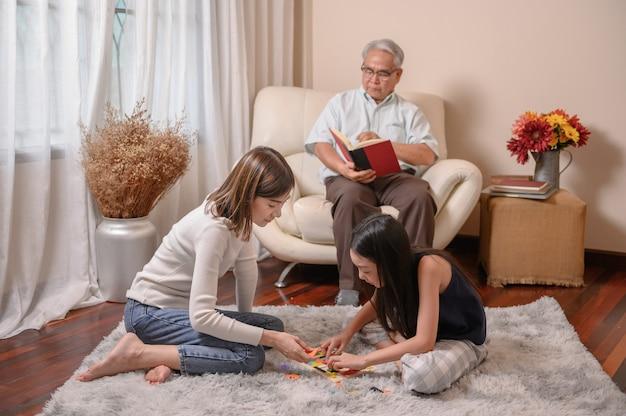 Insieme del nonno con la famiglia a casa. stile di vita in età pensionabile in vacanza.