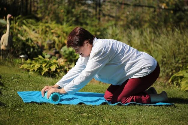 La nonna fa sport sull'erba