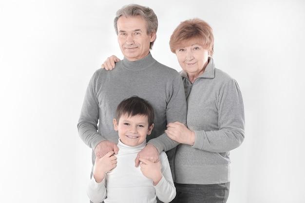 Nonna, nonno e nipote. isolato su bianco.