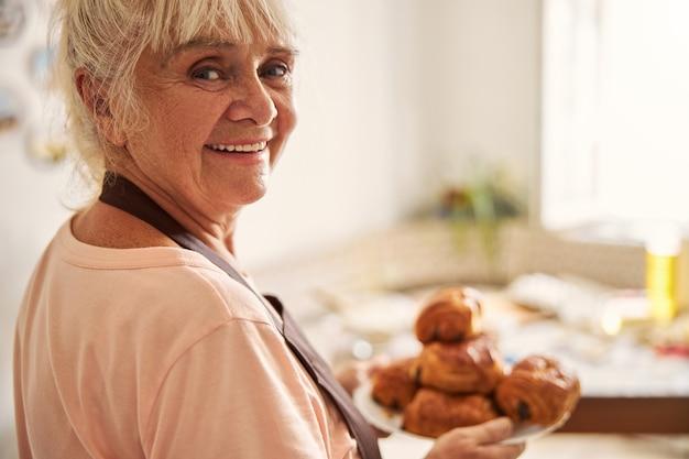 Nonna in posa con i suoi prodotti speciali fatti in casa