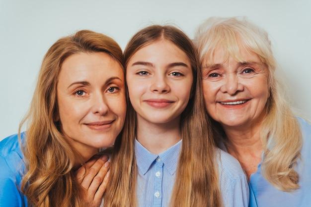 Nonna, figlia e nipote insieme a casa, momenti felici della vita domestica