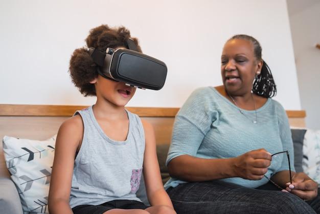 Nonna e nipoti che giocano insieme agli occhiali vr.