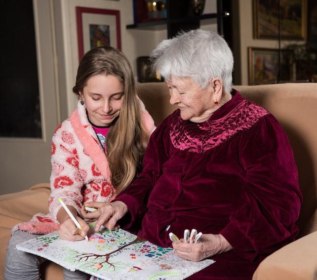 Nonna e nipote dipingono per divertimento a casa