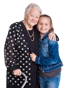 Nonna e nipote su un muro bianco