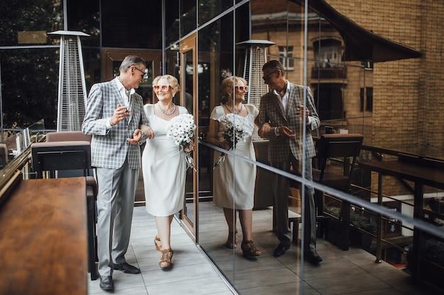 Nonna e nonno coppia in piedi nella moderna caffetteria.
