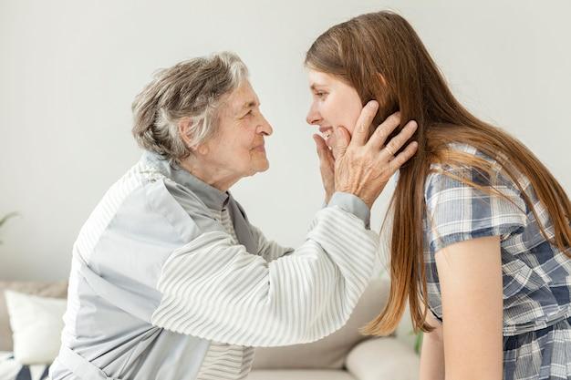 Nonna felice di trascorrere del tempo con la nipote